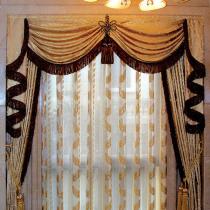 在楼梯间做一款独特的窗帘,装饰效果极佳,也在摩力克买的 为了搭客厅的那款