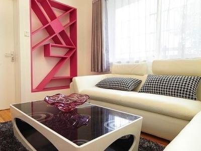 沙发的这边装了搁架,选了我最喜欢的粉色,墙面是白色的,这样粉色尤为突出