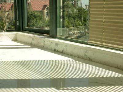 爵士白的窗台,凸窗用了百页窗作窗帘。最受不了好好一个凸窗为了作窗帘又吊一段顶,,软绵绵的窗帘把凸窗的硬朗生动弱化