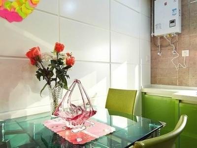 餐厅和厨房是连在一起的,开放式的厨房可以提升家里的空间感