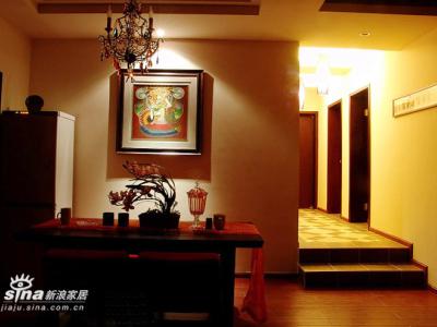 剪影效果的餐厅。餐厅的画是WIFE从云南带回来的彩砂画,一种用天然的彩色矿物质绘制的画,画面表现的也是云南傣族少女