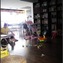 左边是厨房,吃饭的时候视觉很好!PS有了宝宝后就是多了很多玩具,家里堆的到处都是,大家就忽略一下玩具吧