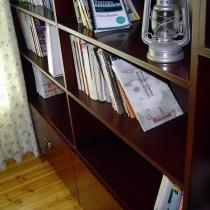 书房的书柜和榻榻米。