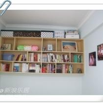 首先,我利用这个小房间没有窗户和不和洗手间相隔的一面墙(怕湿气重)做了一个上墙的大书柜。可以放我的书。如果以后这个房间要改成儿童房,我就把书搬到自己的房间,这个柜子加上布帘就可以成为孩子的衣柜