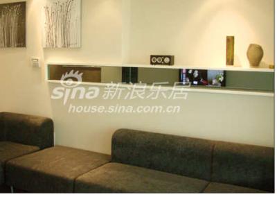 简单的沙发背景,显示年轻一代的低调和洒脱