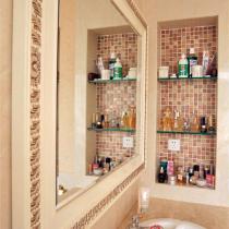 壁柜里摆放着成堆的化妆品,镜子里似有女主人彩妆时的妩媚