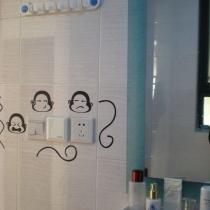 调皮的小猴子开关贴,上面的架子也可以挂洗澡用的衣服