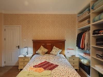 床头背景墙不是墙纸,是环保材料硅藻泥 60多平的房子一个小房间也能摆放得下两个柜子哦
