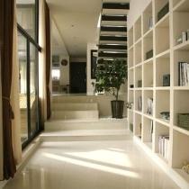 回过头 最前方就是进户门了,过道还是挺宽的,楼梯还是挺cool的,我家还是挺干净的 (虽然大部分是阿姨的功劳)