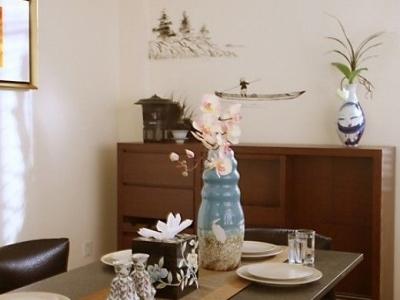 餐桌上的摆设比较淡雅,插着腊梅花的蓝色瓷瓶显得清新明丽。