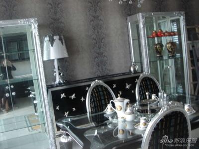 餐桌选用的玻璃桌面,利于清洁