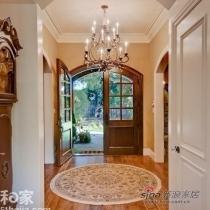 圆形拱门配合圆形提花地毯,简单促成一个优雅的步入口,而在地毯上方增设一个富丽堂皇的吊灯,能进一步增加格调。