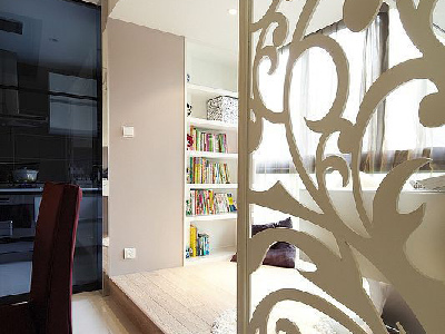 客厅和餐厅区域用装饰架巧妙的划分了功能空间背景墙没有在造型上求太多的变化。