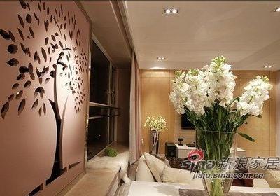 从相机里看客厅,空间感要更大一些。