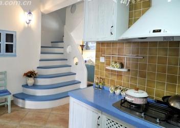 厨房与楼梯和小窗