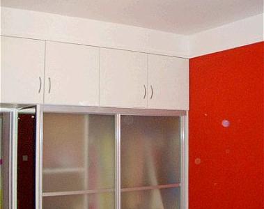 卧室的衣柜和储物柜