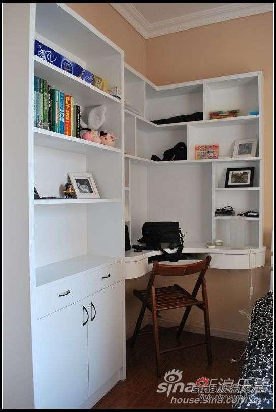 走进来小房间,书柜慢慢被杂物填满。第二格的书全是小胖的软件工程~囧。早晓得我也把我的那些个什么什么学带回来充充场面~