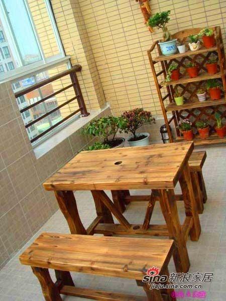 露台本来要铺防腐木的,结果当时嫌麻烦没铺,就用了地砖了。。。但买了防腐木的小桌椅,和后面的花架也是网购的