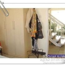 依然是餐厅...靠门的一面墙,外面紧挨着楼梯...女儿的衣柜也给发配在这里了....