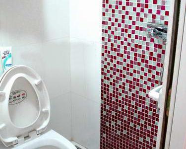 淋浴的墙面是用马赛克贴的,颜色之间要算好比列,从下到上的渐变
