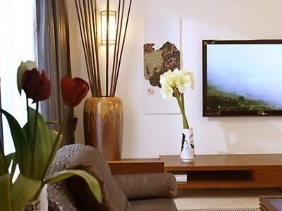 走近看沙发,两边对称的布局符合中式家居的特点,强调室内的平衡性。