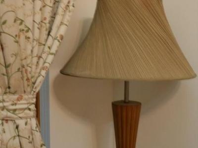 沙发边的落地灯及窗帘,这个灯也是5年前买的