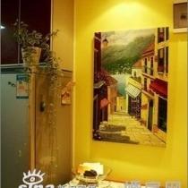 现在的餐厅,大门换鞋凳同时充当餐桌椅,哎,小房子什么东东都想一物多用。最最喜欢的漂亮的画,悠然的乡村小栈