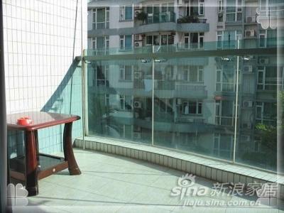 刚才是阳台右边,原来那里有个花池,被我们填平了,这是阳台的左边,比较宽,这张小桌子是原来公婆买的一套红木沙发配的,后来他们那里放不下了,我们就暂时搬来这放着了,等以后买了合适的再换吧,我倒是很想在这里