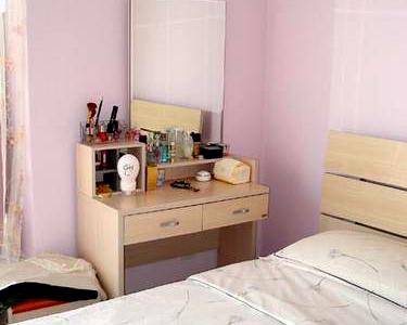 主卧的墙面用了浪漫的浅粉色
