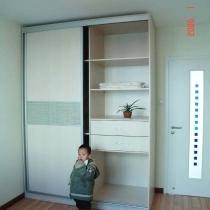 这就是刚才我说到的书房的储物柜,是顶固的,两米长,进深有80CM,里面可以放下家里的大旅行包.家里的几扇门都是霍尔茨的