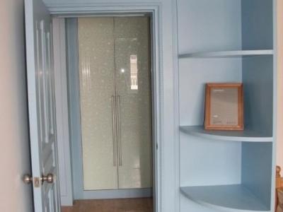 次卧门口过道暗藏着一个硕大的储藏柜(烤漆玻璃门的后面)!