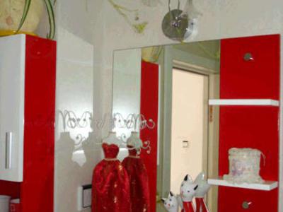 主卫的主色调是淡淡的粉色,我配了红白相间的柜子和饰品
