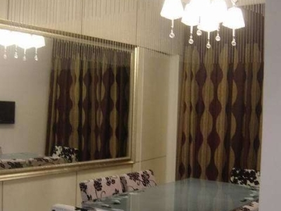 餐厅的左面装了一面很大的罗马框的镜子,旁边是厨房的隐形门
