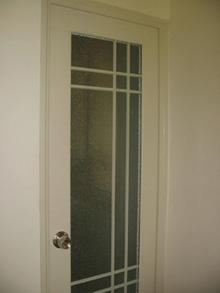 这是厨房门,也是磨砂的,境加房间亮度。没有选卡通图案,因为门在客厅,简单一些更容易搭配房间装饰。