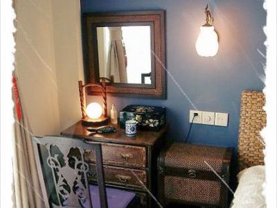 偶的梳妆台,那把椅子和餐桌一样是偶LG曾祖母的陪嫁