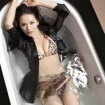 """""""台州小舒淇""""之称的潘霜霜的亲密床上照,其中包括多幅潘霜霜的床上自拍照,清楚地看到林峰在同一张床的另外一侧安然大睡。"""