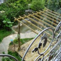 从二楼的落地窗看下去,就是花园的水池