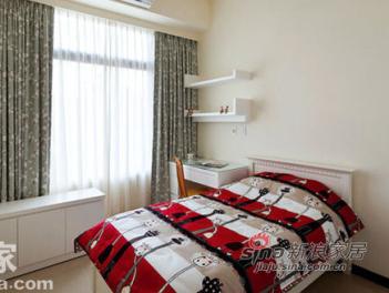 两坪不到的主卧室,选择以空白换取更多空间,简单的单人床加上白色衣柜,简化出视觉利落,而原想加装书柜的屋主,也在沟通下,改以窗边矮柜,不仅可自由变换位置,似卧榻又似柜体的轻松,让生活更加单纯