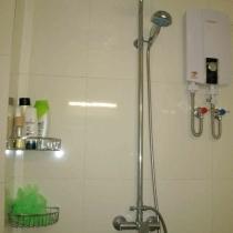 因为卫生间很小,所以用的电热水器,很好用哦!