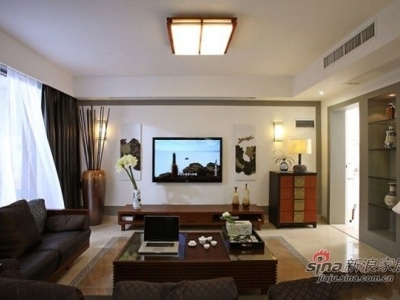 黑色的硬座软卧的沙发是客厅的主体,实木边框与其他家具的颜色一样,体现出中式家居的沉稳大气。