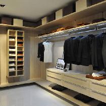 适合空间特点:在卧室一端已经专门划分了衣帽间区域。方案分析:玻璃门制造通透的感觉,暗色玻璃可以阻挡一些衣帽间内部的凌乱。内部结构设计要考虑完全,悬挂、平放、抽屉、小隔间等都要适当选择。外观提示:斜屋顶下,一般采光不会很理想,所以建议选择浅色衣柜面板。推荐产品:联邦高登沙榆挂墙式衣帽间,简约的空间布局,贴心设计、与众不同。