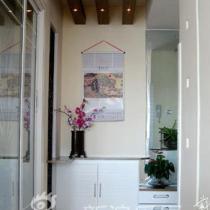 玄关处的旁边是鞋柜和储藏柜 有效的搭配玄关的设计