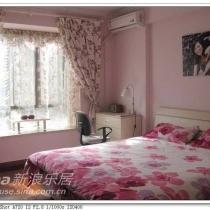 主卧:床头的墙贴来自淘宝,床上用品也是购于淘宝,房间是用的实木地板,家具都是一起定制的