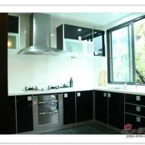 餐厅看完了,就顺道儿去看看厨房吧!厨房这两张是在前一个帖子里发过的,用的是黑色uv漆的橱柜!效果很满意!台面和墙砖是白色的,对比强烈。烟机和灶具是一套,西门子的!消毒柜本想买黑色面板的,无奈找不到,有