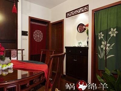 玄关进门就是餐厅,关闭的门后面是厨房,绿色帘子后是卫生间。