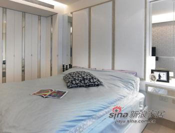 主卧房简单素雅,大片窗檯下架高形成卧榻区,坐卧在上,享受悠閒时光