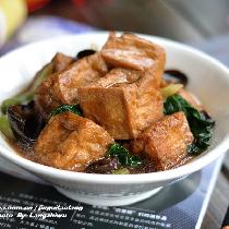 【豆腐塞肉】这是一款有趣的菜:小小的油豆腐里塞入肉馅,这样一来原本没有啥味道的豆腐就变得特有内涵。 做豆腐塞肉自然需要豆腐泡,市场里有卖现成的油豆腐泡的,但总觉着他们做的没有咱自家做的吃起来踏实。