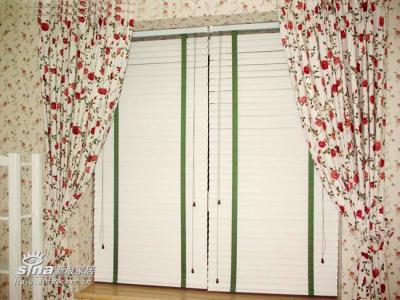 卧室的百叶~~其实用起来有点不太方便,主要是因为太沉,开关窗户稍有麻烦。这样里百叶外窗帘的做法也很适合书房