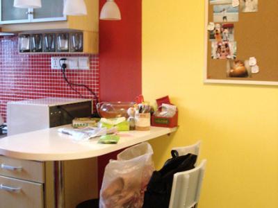 厨房吧台。上面有点乱乱的