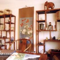 中式风格的书房里,博古架是设计师特别为户主选择的,家具本身就有很好的装饰性